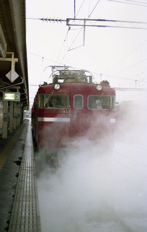 蒸気に包まれる電気機関車