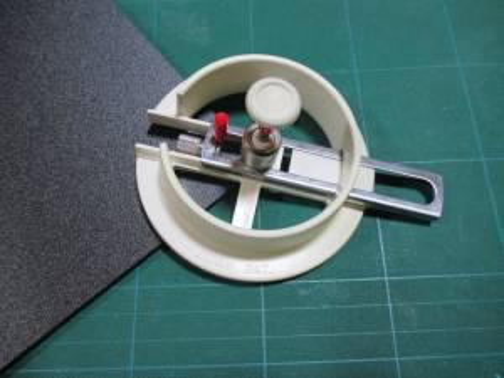 模型飾り棚の工作・棚板円形にカット