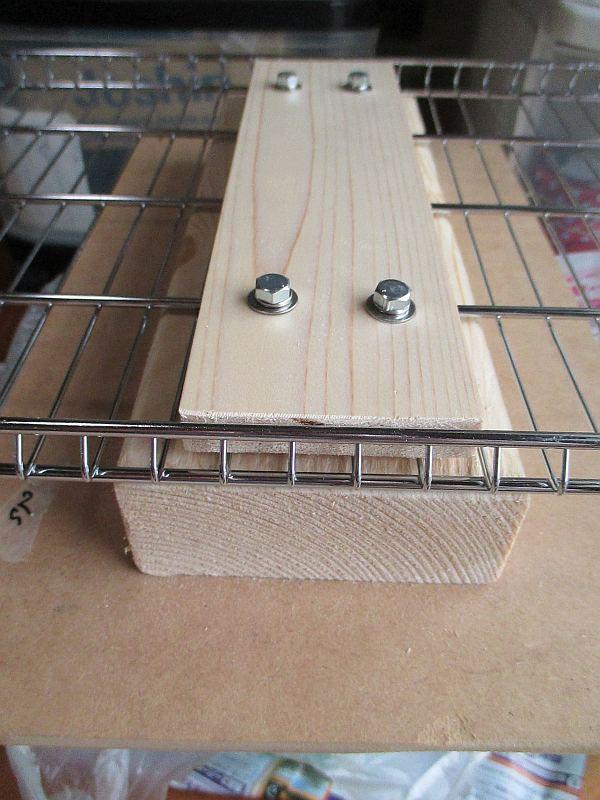 木材でラック棚板を挟んで固定