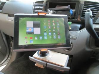 車載ホルダーにタブレット取り付け取り付け