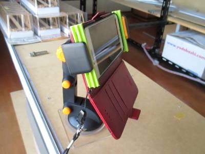 ワンタッチ袋閉じクリップを介して手帳型ケースごとスマホを取り付け