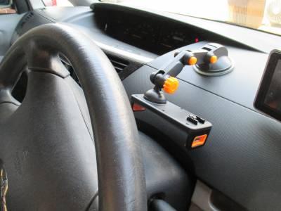 車載ホルダーをダッシュボードに取り付け