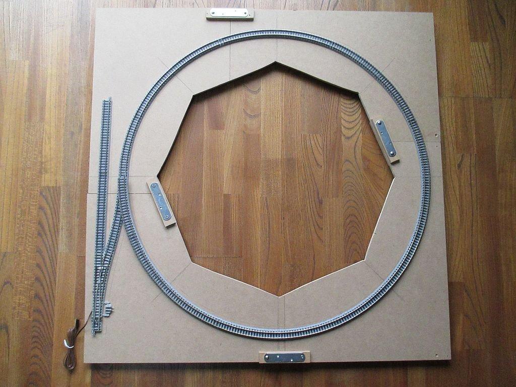 ループ線部のベースに線路を仮り配置