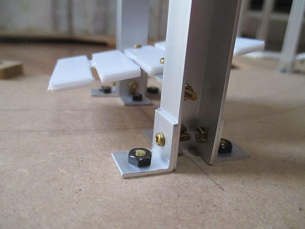 桁に線路を固定するベースは自在に傾斜可能