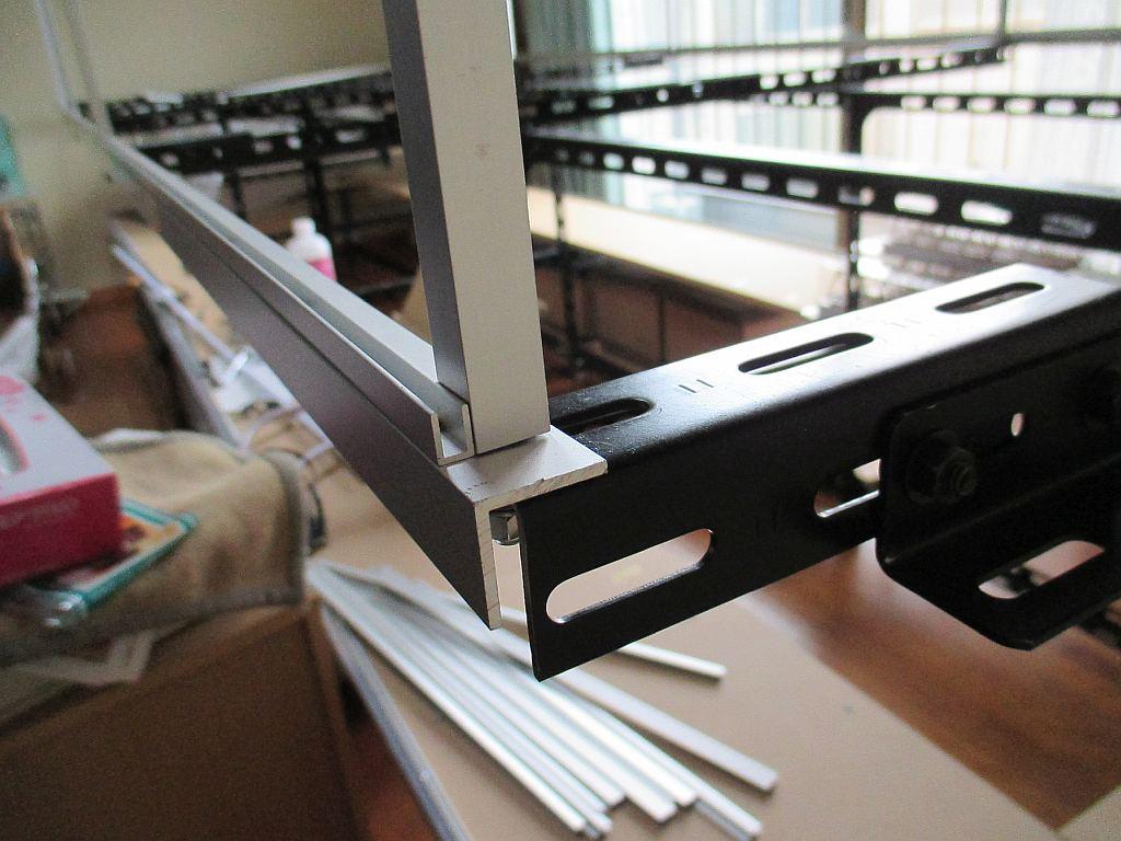 上部のカバーを取り付けるアルミアングル