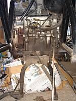 掃除前のエンジン後部