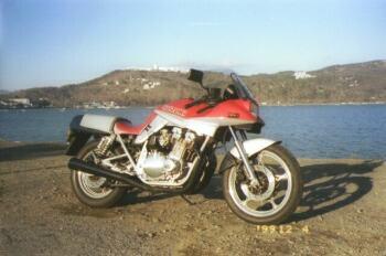赤/銀のGSX1100S カタナ