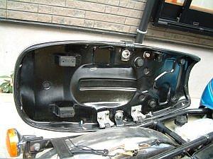 塗装したGT125 4型シートシートベース
