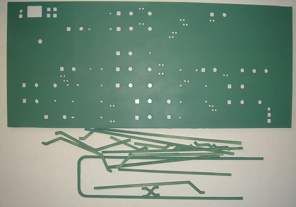 塗装した進路表示盤と線路表示パーツ