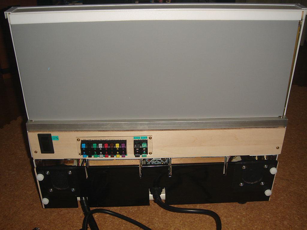 完成した進路表示盤のパネル裏側